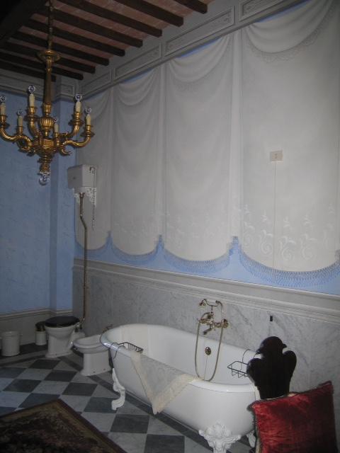 Finti tendaggi in sala da bagno - Fauglia