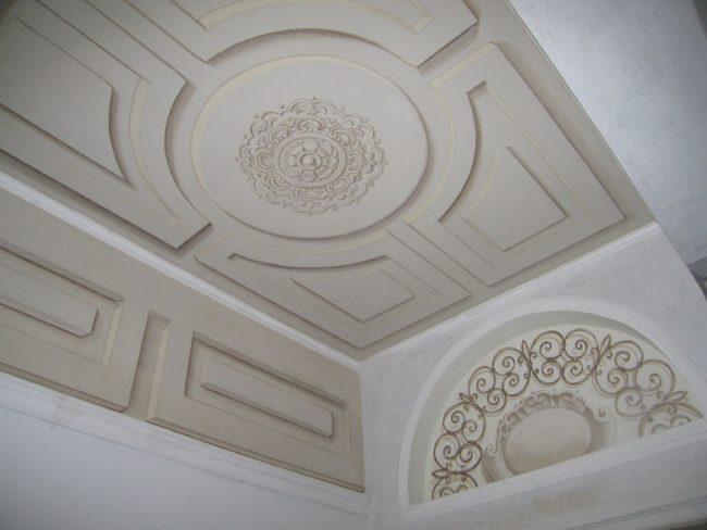 Soffitto con Rosone e decori classici