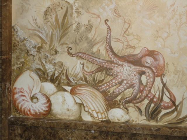 Polpo e conchiglie su parete in un bagno