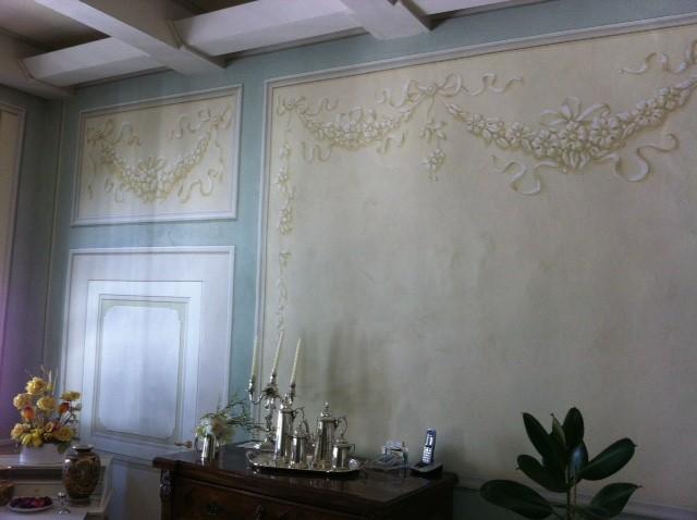 Finte boiserie con decori floreali su pareti
