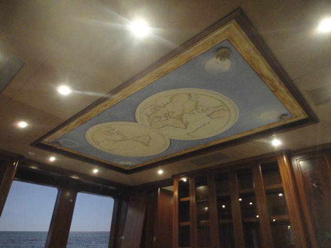 Planetario dipinto su soffitto yacht