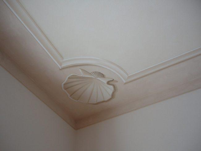 Conchiglia angolare su soffitto
