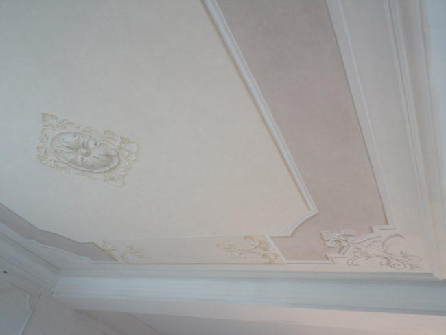 Soffitto con angolari e rosone centrale