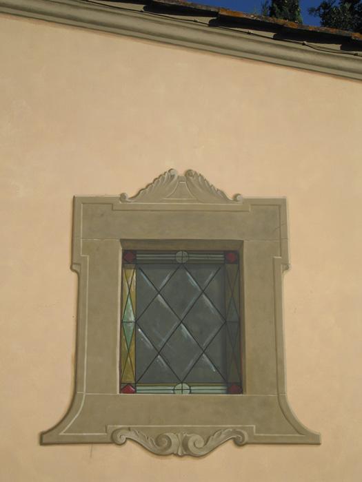 Finta finestra sulla parete della chiesa in Villa privata