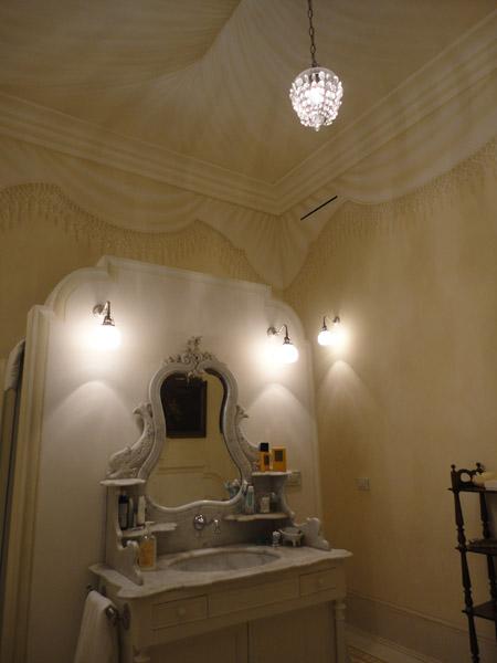 Finto tendaggio su soffitto in bagno