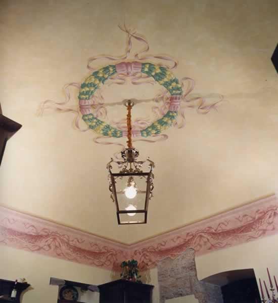 Decori classici su soffitti con nastri e festoni