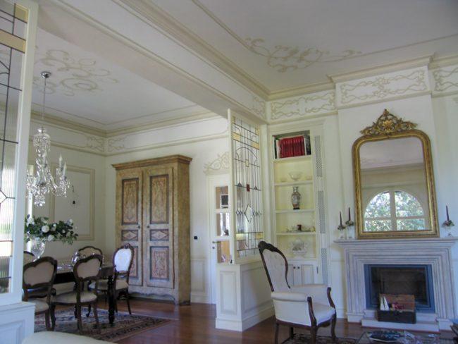 soffitti e pareti con decori monocromatici